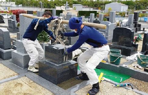 石碑の据え付け工事